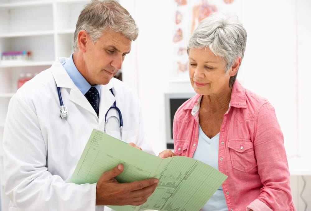 Врач обсуждает с пациентом план лечения с использованием магнитной терапии